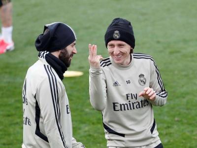 Benzema i Modric bromegen durant un entrenament