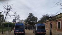 Els manifestants, separats del Parlament pels Mossos