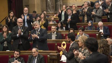 El ple del 27 de gener, amb el diputats de JxCat aplaudint Quim Torra