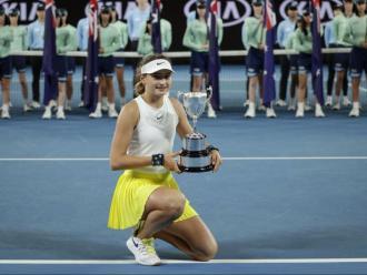 Vicky Jiménez, amb el trofeu de l'obert d'Austràlia.