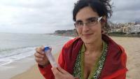 Coll mostrant alguns dels exemplars d''amfioxus' recollits després del temporal a la platja d'Arenys de Mar