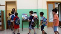 Cua d'alumnes per entrar en una aula de l'escola Les Eres de Vinebre, en una imatge d'arxiu
