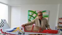 Rogelio Lacaci, amb un dels avions que construeix amb el seu net