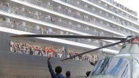El primer ministre de Cambodja, Hun Sen,  saluda des d'un helicòpter els passatgers del 'Westerdam', a Preah Sihanouk