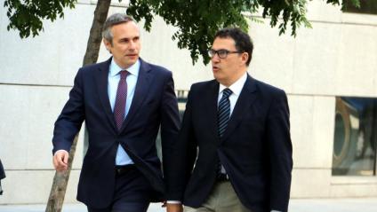 Josep Lluís Alay, a l'esquerra, amb el seu lletrat, Jaume Alonso-Cuevillas, a l'arribada a l'Audiència Nacional el 4 de juny de 2018