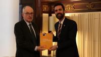 El Síndic de Greuges, Rafael Ribó, entregant l'informe anual al president del Parlament, Roger Torrent
