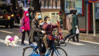 Un home amb els fills, a la ciutat xinesa de Guangzhou