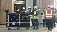 Uns treballadors al recinte de la Gran Via, després de la suspensió del MWC Barcelona