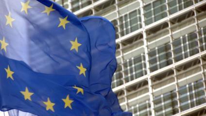 La seu del Parlament Europeu amb la bandera comunitària