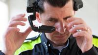 L'agent de policia que va participar en la prova, amb el nou dispositiu al cap preparat per intervenir