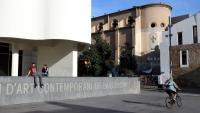 La plaça dels Àngels, amb l'edifici Meier del MACBA en primer pla i al fons la Capella de la Misericòrdia