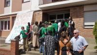 Acció de la PAH a Banyoles durant el desallotjament d'una família d'un pis ocupat