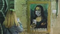Una dona fotografia amb el seu mòbil el grafit