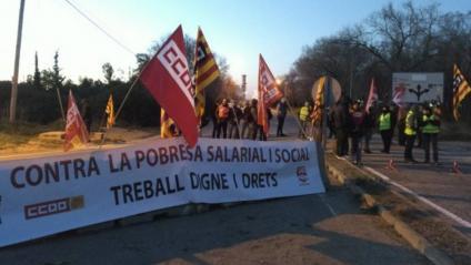 Treballadors tallant un dels accessos a la petroquímica de Tarragona per la vaga d'aquest 19 de febrer