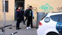 Mossos i Guàrdia Urbana enduent-se un dels detinguts en l'operatiu contra els narcopisos a Ciutat Vella, el 8 de febrer