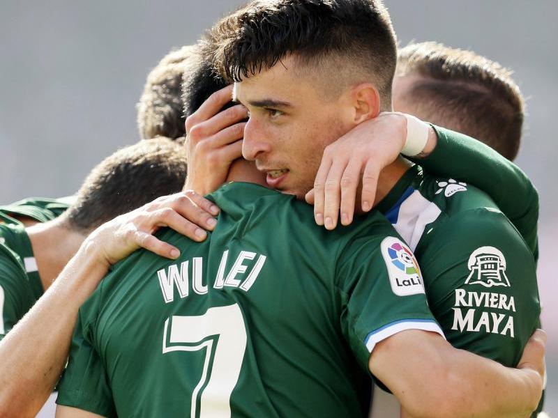 Wu Lei és felicitat pels companys pel seu gol al Sánchez Pizjuán