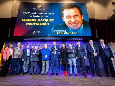 El jurat del premi Manuel Vázquez Montalbán amb el guanyador, Jorge Valdano