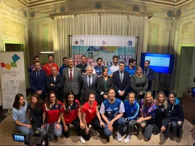 Foto de família, amb amfitrions, organitzadors i jugadors que disputaran el torneig
