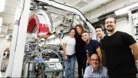 Jordi Farjas, al centre de la foto, amb part de l'equip del CSIC al sincrotró Soleil de París, on es va fer la descoberta