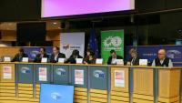 Carles Puigdemont, ahir, en un acte a l'eurocambra amb un grup d'advocats