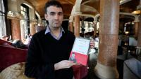 Miguel Hurtado, amb el llibre on despulla l'Església que va abusar d'ell
