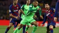 Braithwaite en el partit contra el Barça envoltat de Busquets i Messi