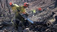 Dos operaris treballant a la zona de l'incendi de Rivera d'Ebre al setembre de 2019