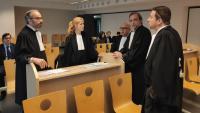 L'advocat de Pablo Llarena, Hakim Boularbah, conversa amb els lletrats de l'expresident de la Generalitat, Carles Puigdemont