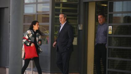 L'exconseller d'Interior Joaquim Forn, en sortir de la presó de Lledoners, acompanyat d'una de les seves filles, per anar a la feina