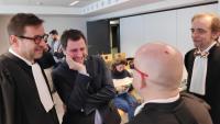 Toni Comín amb els seus advocats Christophe Marchand (esquerra), Gonzalo Boye (d'esquena) i Marc Snoeck (dreta) durant un recés en la vista del Tribunal de Primera Instància de Brussel·les contra el jutge del Tribunal Suprem Pablo Llarena, per suposada vulneració de la seva presumpció d'innocència