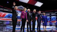 A l'esquerra i amb la mà alçada Michael Bloomberg i la resta de candidats a ser elegits candidat a president pel Partit Demòcrata durant el debat