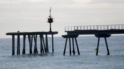 Detall de la plataforma del pont del petroli de Badalona