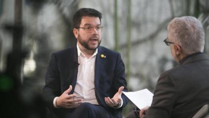 El vicepresident Pere Aragonès i  Xevi Xirgo, durant l'entrevista, que es pot veure íntegra a www.elpuntavui.cat, i que es va enregistrar a la Casa del Llibre de la rambla de Catalunya de Barcelona