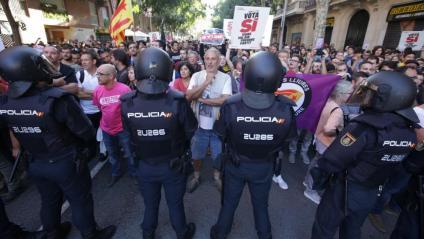 El setge policial sense ordre judicial a la seu de la CUP, el 20 de setembre del 2017, va coincidir amb escorcolls de l'1-O
