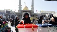 Unes dones voten al costat d'una mesquita a Rayy, a la província de Teheran