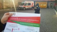 Una persona sosté un document amb informació oficial de les mesures que s'han de prendre amb motiu de l'epidèmia de coronavirus