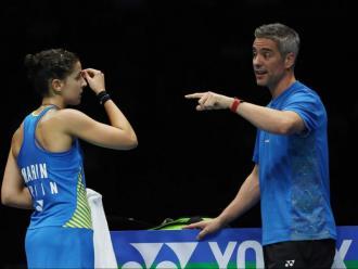 Carolina Marín rep instruccions del seu tècnic Fernando Rivas en una imatge d'arxiu