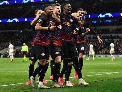 Timo Werner, al centre, celebra l'únic gol del partit  amb alguns dels seus companys