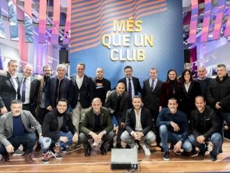 Foto de grup de la representació del FC Barcelona a la presentació oficial de la botiga de la Rambla
