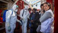 Moment en què els migrants de l'Ocean Viking són traslladats des del vaixell a les instal·lacions d'acollida del port de Pozzalo