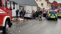 Serveis d'emergència al lloc on s'ha produït l'atropellament, amb el vehicle que l'ha provocat al mig