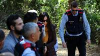Rosa Peral arriba acompanyada per membres dels Mossos d'Esquadra a la pista forestal on es va trobar el vehicle calcinat amb la víctima al seu interior