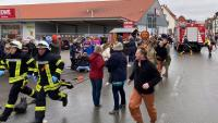 Uns ciutadans reaccionen després de l'atropellament intencionat, ahir a Volkmarsen