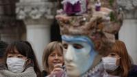 Turistes amb màscares ahir a la plaça de Sant Marc de Venècia, on s'han suspès els actes del carnaval