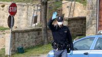 Un policia italià  impedeix l'accés a un dels pobles sotmesos a confinament, prop de Pàdua