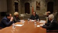 Un moment de la reunió del president Torra amb representants d'Òmnium