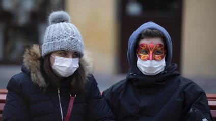 Dues persones amb mascareta a Venècia, on s'ha suspès el carnaval