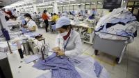 Treballadores en un taller de l'empresa Garment 10, a Hanoi