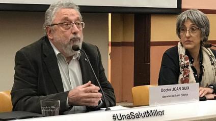 El secretari de Salut Pública, Joan Guix, i la gerent de processos integrals de salut del Servei Català de la Salut, Assumpta Ricard, durant la roda de premsa