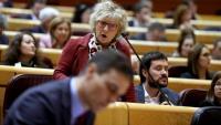El president del govern espanyol, Pedro Sánchez –en primer terme–, pren notes per respondre a la senadora d'ERC Mirella Cortés